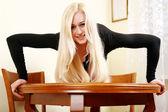 A jovem senta-se sobre uma mesa — Foto Stock