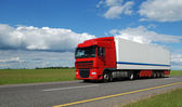 Vermelha camião com reboque branco — Fotografia Stock