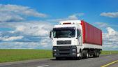 Witte vrachtwagen met rode aanhangwagen — Stockfoto