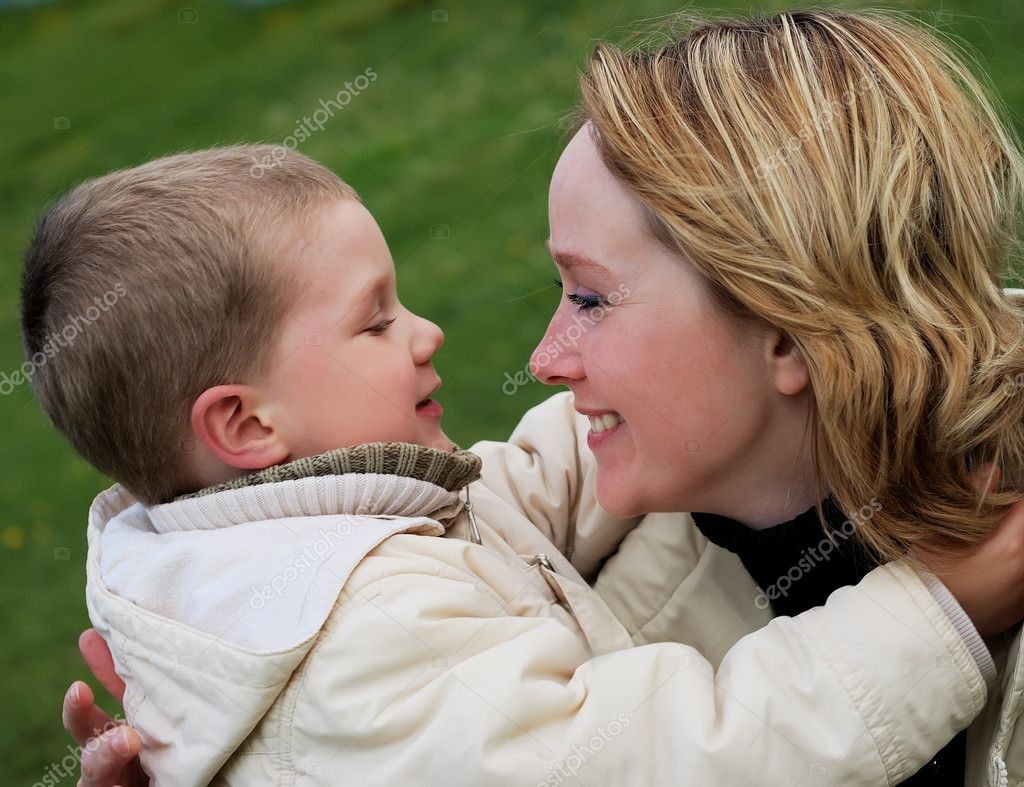 Happy mother and child on the sea beach — Stock Photo #1042510