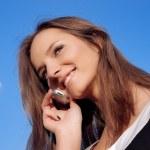 dość uśmiechający się młoda kobieta rozmawia mo — Zdjęcie stockowe