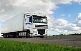 Белый грузовик с прицепом, белый — Стоковое фото