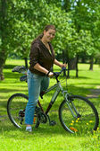 Woman bicyclist on the bike — Stockfoto
