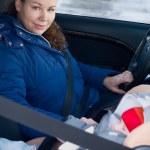 moeder en kind in veiligheid stoel — Stockfoto
