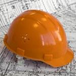 proyecto y casco naranja de la construcción — Foto de Stock