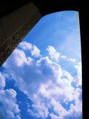 Fenêtre, sortie dans les cieux — Photo