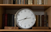 Clock and Russian books — Stockfoto