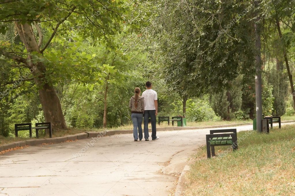Young couple walking in the park — Stock Photo #1033048