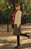 年轻女子在公园 — 图库照片