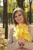 Mujer sosteniendo hojas — Foto de Stock