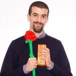 man die presenteert een rode roos voor saint vale — Stockfoto