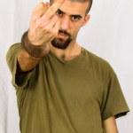 Orta parmağının gösterilen genç adam — Stok fotoğraf