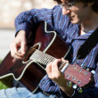 l'homme et sa guitare acoustique — Photo