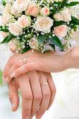 Mains des nouveaux mariés — Photo