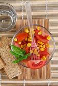 Salada de tomate e manjericão — Fotografia Stock