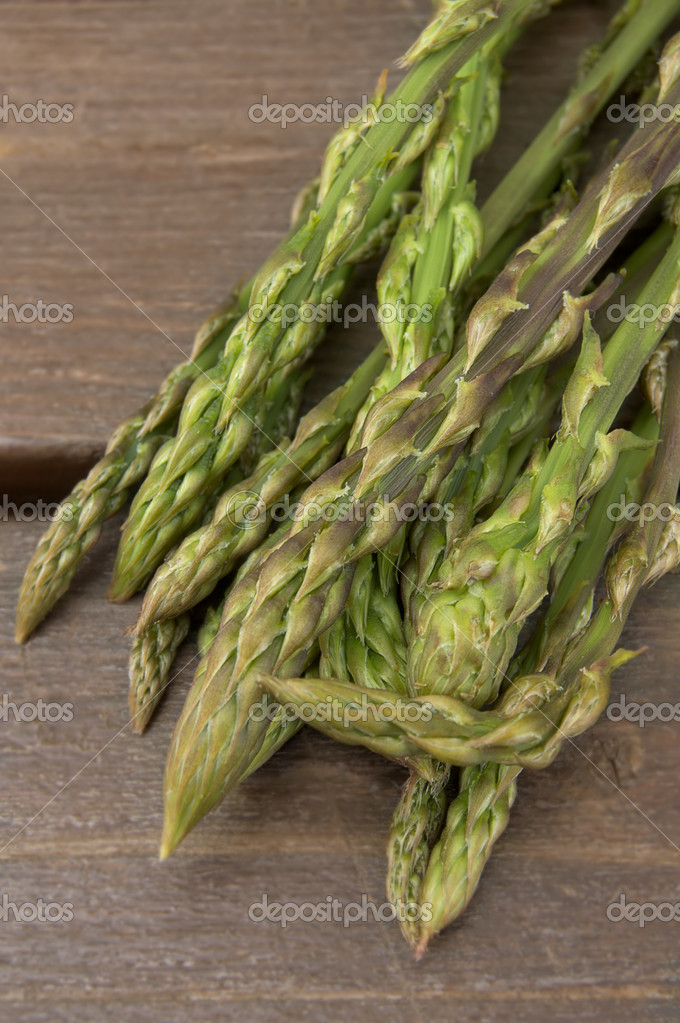 A bunch of green asparagi on a woden background — Stock Photo #1051440