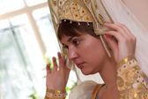 Vrouw probeert op kokoshnik — Stockfoto