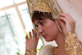 Woman tries on kokoshnik — ストック写真