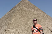 Man on great pyramid background — Stock Photo