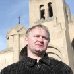 Man poses on church background — Stock Photo