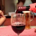 The men fills red wine — Stock Photo