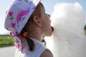 девушка лижет сахарной ваты — Стоковое фото
