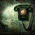oude telefoon op de vernietigde muur — Stockfoto