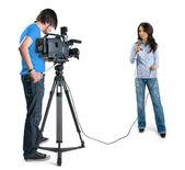 Reportero de tv presentando las noticias en studi — Foto de Stock