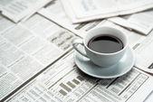 Kaffe över tidningen — Stockfoto