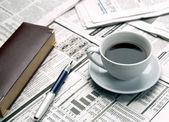 šálek kávy na noviny — Stock fotografie