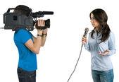 Reporter telewizyjny prezentacji nowości w studi — Zdjęcie stockowe