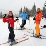 Happy přátelé na lyžařské středisko — Stock fotografie