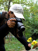 To take a picture of flowers — Stock Photo