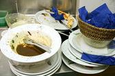 Obrovské haldy špinavého nádobí, čekání spolubydlící — Stock fotografie