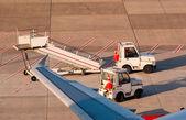 Aéroport le plus pratique. camions et échelle — Photo