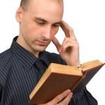 livre de lecture de jeune homme — Photo