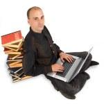 en student som jobbar hårt på sin laptop — Stockfoto