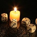 Кости и свеча — Стоковое фото
