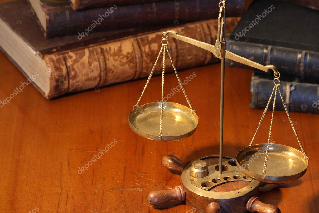 Ancient weight scale standing on wooden table near old books — Stock Photo #1437315