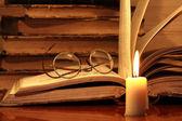 Boeken en kaars — Stockfoto