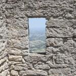 ventana en la pared del castillo — Foto de Stock   #1147702