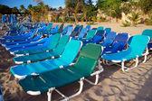 Viele Chaiselongues am Strand — Stockfoto