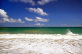 Ocean waves with blue sky — Stock Photo