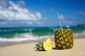 Pina colada on beach of ocean — Fotografia Stock