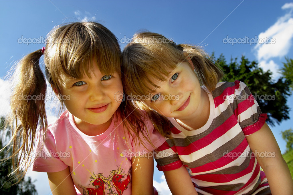 Two little smiling girls in the park — Stock Photo #1082637