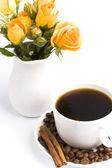 花束と一杯のコーヒー — ストック写真