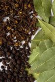 Folhas da baía, cravo e pimenta preta — Fotografia Stock