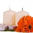 brennende Kerzen und Blumen gerbera — Stockfoto