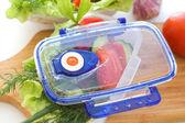 Salada de legumes no recipiente. — Fotografia Stock