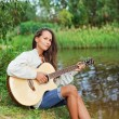 Beautiful young woman with guitar — ストック写真